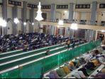 warga-melaksanakan-salat-gerhana-di-masjid-agung-garut.jpg