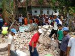 warga-mencari-korban-tertimpa-bangunan-kesenian-di-cirebon_20180416_134317.jpg