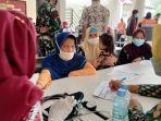 warga-menjalani-vaksinasi-di-indramayu-kamis-21102021.jpg
