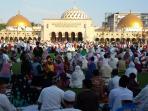 warga-salat-ied-di-masjid-raya-bandung_20150717_092453.jpg