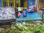 warga-sedang-membersihkan-material-banjir-di-majalengka.jpg