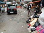 warga-tengah-berjalan-melewati-tumpukan-sampah-yang-berada-di-simpang-lima-lembang_20171220_174413.jpg