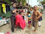 wata-50-seorang-seniman-asal-desa-tambi-kecamatan-sliyeg-kabupaten-indramayu-saat-mencukur-warga.jpg