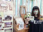 yenny-yuly-prayogo-menunjukkan-produk-sabun.jpg