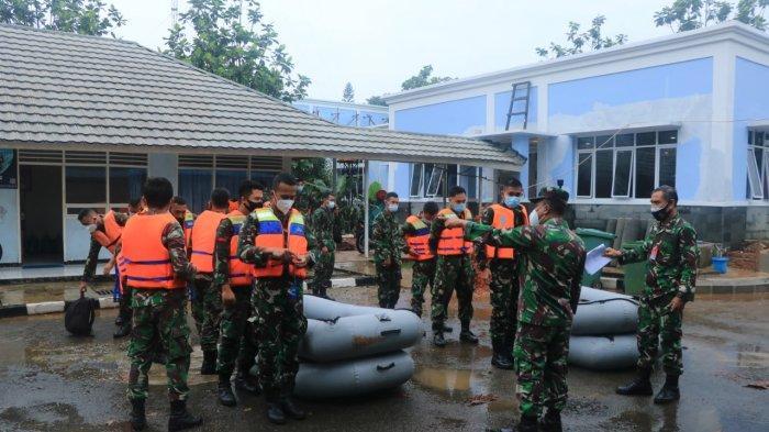 Personel Lanud Halim Perdankusuma dan Yonko 461 Wing 1 membantu proses evakuasi warga terdampak banjir di Kelurahan Cipinang Melayu, Makasar, Jakarta Timur, Jumat (19/2/2021).