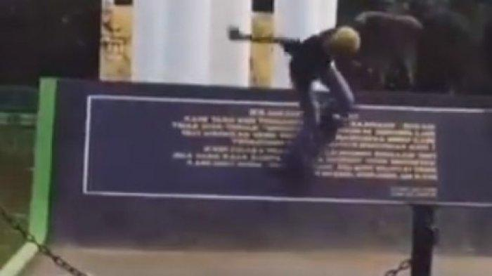 Aksi Tak Terpuji 2 Pemuda di Bekasi, Tugu Bersejarah Malah Dipakai Main Skateboard
