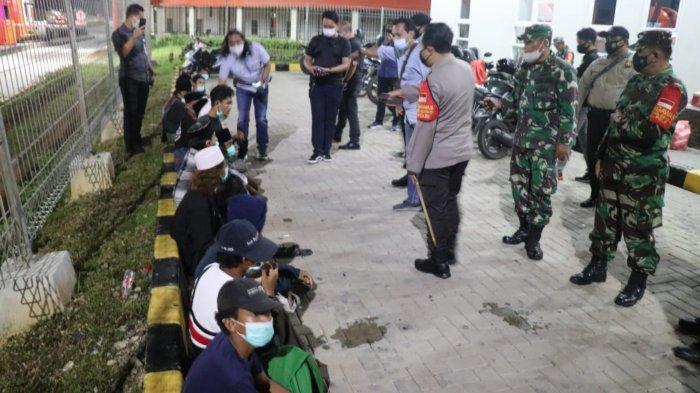 Operasi Yustisi oleh Polresta Tangerang di Gerbang Tol Balaraja, Kabupaten Tangerang dan diamankan 14 orang yang didominasi anak di bawah umur, Kamis (17/12/2020) tengah malam.