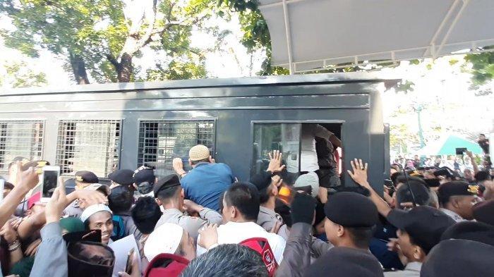 Aksi di Balai Kota Berujung Bentrok, 17 Orang Terduga Provokator Dibawa Masuk Mobil Tahanan Polisi