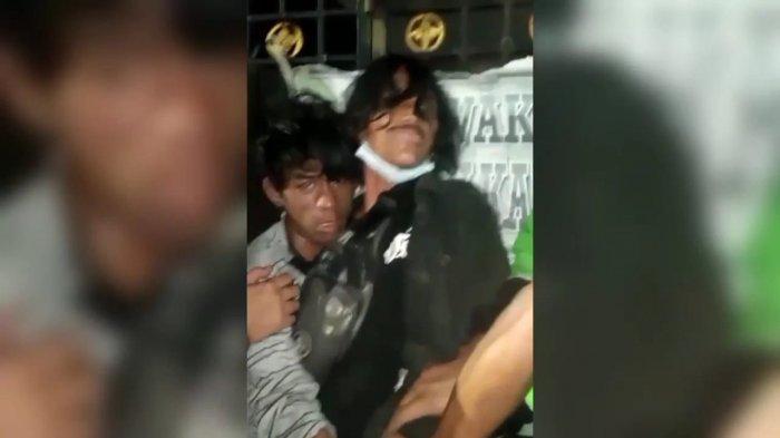 Agung (30) dan Aditya (39), pelaku jambret yang diamankan warga di Jalan Gading Raya, Kecamatan Pulogadung, Jakarta Timur, Kamis (22/7/2021)