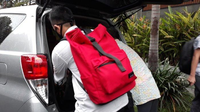 Tim penyidik KPK saat menenteng koper dari rumah diduga milik anggota DPR RI fraksi PDIP Ihsan Yunus, Rabu (24/2/2021).