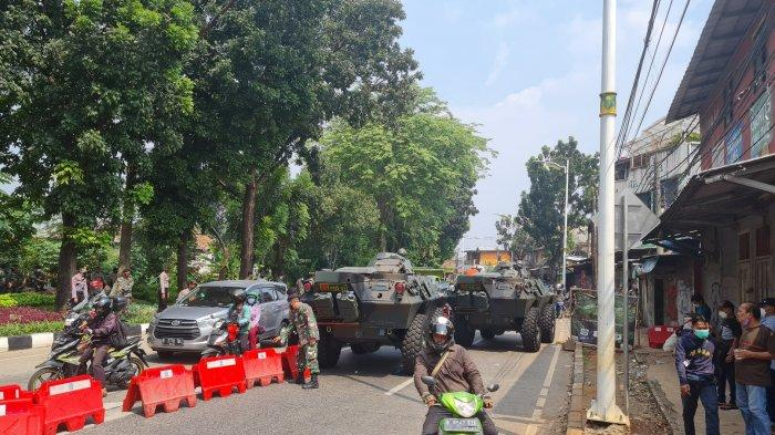 Dua buah panser milik TNI disiapkan untuk menutup Jalan Raya Lenteng Agung pada Senin (5/7/2021).