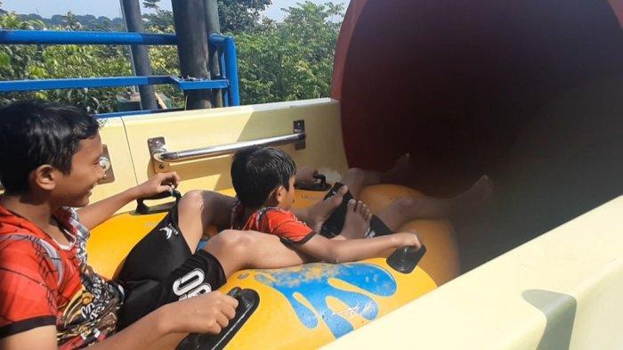 Pengunjung memanfaatkan awal tahun 2021 berlibur ke wahana air Transera Waterpark Bekasi, Senin (4/1/2021).