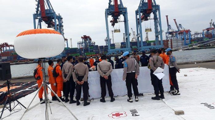 Temuan sebanyak 36 kantong dan satu serpihan pesawat diserahkan kepada pihak Basarnas dari perairan Kepulauan Seribu pada Kamis (14/1/2021).