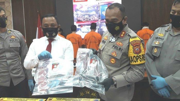 Sebanyak 4 orang ditetapkan sebagai tersangka terkait kasus pembunuhan terhadap Karta Gunawan yang saat itu tengah menggalang dana untuk korban longsor di Kampung Bojongkondang, RT 3/10, Desa Cihanjuang, Kecamatan Cimanggung, Kabupaten Sumedang.