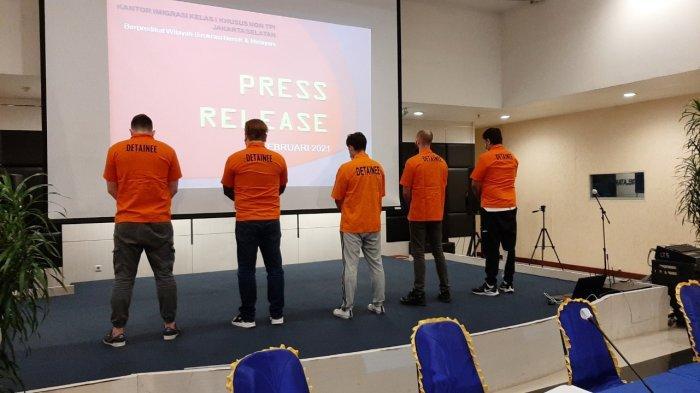 Diduga Terkait Cyber Crime, Petugas Imigrasi Jakarta Selatan Ringkus 5 Pria Asal Inggris