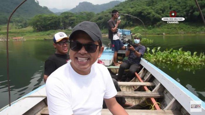Anggota DPR RI Dedi Mulyadi saat meninjau usaha keramba milik Kades Ciririp yang serasa sultan di Waduk Jatiluhur, Purwakarta, Jawa Barat.