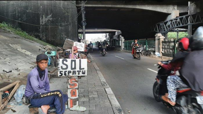 Cerita Awal Mula Tukang Sol Sepatu Sampai Penjahit Turun Menurun diKolong Flyover Jatinegara