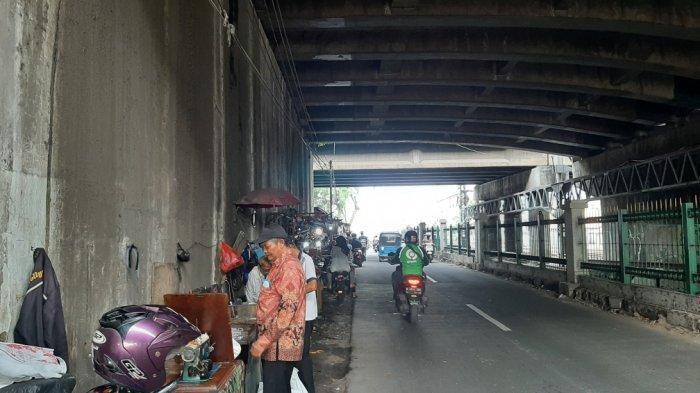 Suasana di kolong flyover Jatinegara yang menjadi spot khusus penjahit dan sol sepatu, Selasa (6/4/2021)