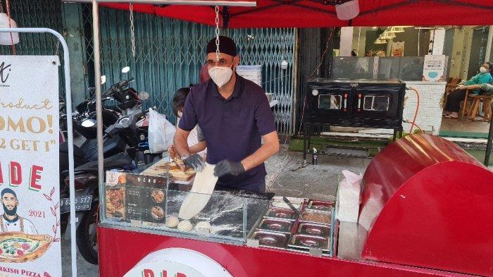 Abi Mustafa membuat pide, pizza khas Turki di Istanbul Kebab di Jakarta Pusat pada Senin (13/9/2021).