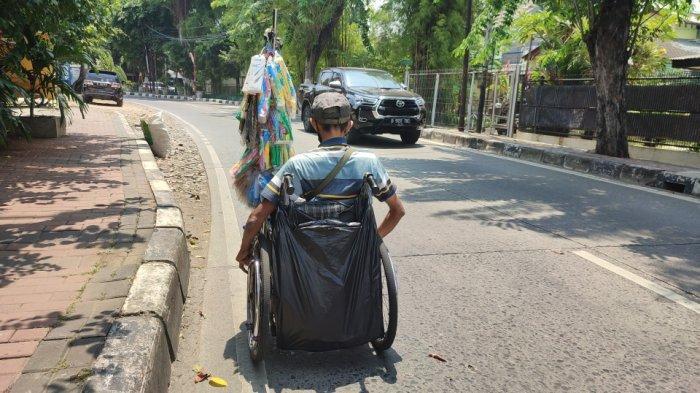 Abit, penjual tisu dan masker saat ditemui di kawasan Pondok Kopi, Duren Sawit, Jakarta Timur