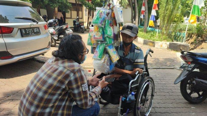 Cerita Abit, Penjual Tisu Pakai Kursi Roda: Berjualan Puluhan Tahun, Penghasilan Menurun Sejak Covid