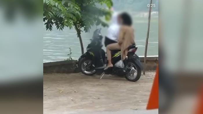 Viral Video Sepasang Remaja Ciuman di Pinggir Telaga Ngebel, Si Wanita Malu-malu saat Sepeda Motor