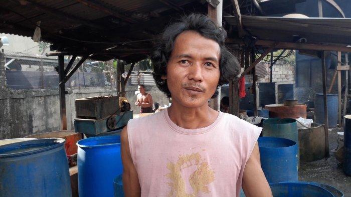 Ade, Pelaku UKM tempe di Kampung Tempe, Jalan Wahid, Ciputat, Tangsel, Sabtu (2/1/2021).