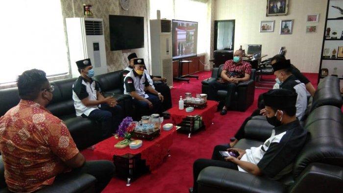 Wakil Wali Kota Bekasi Tri Adhianto Tjahyono saat menemui warga yang datang ke kantor dinasnya di Pemkot Bekasi.