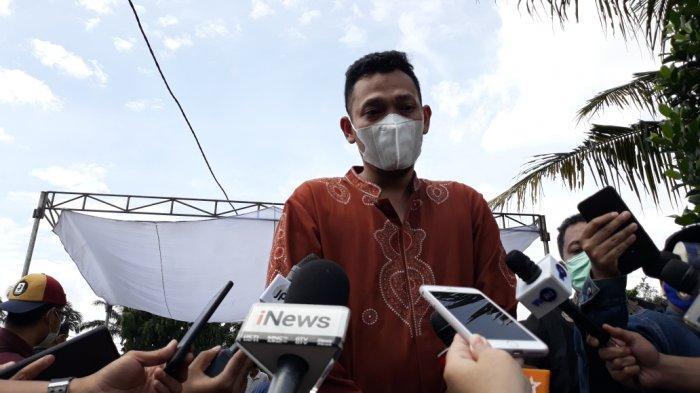 Adik kandung Markis Kido, Bona Septano saat memberi keterangan di TPU Kebon Nanas, Kecamatan Jatinegara, Jakarta Timur, Selasa (15/6/2021).