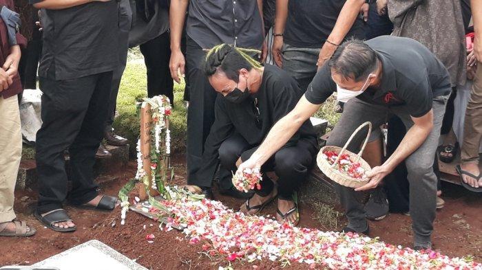 Adik kandung Markis Kido, Bona Septano di TPU Kebon Nanas, Kecamatan Jatinegara, Jakarta Timur, Selasa (15/6/2021).