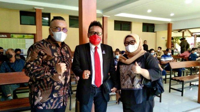 Advokat Togar Situmorang (kiri)