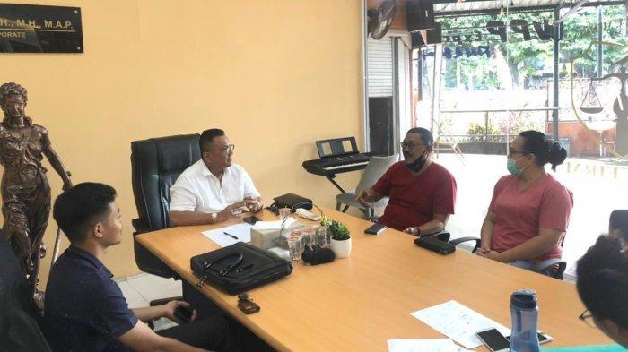 Advokat Togar Situmorang berbicara dengan kliennya yang mobilnya dirampas oleh debt colector.
