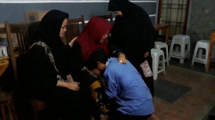 Tangis Pecah Ketika Chattra Membawa Pulang Almarhum Istrinya dan Bertemu Sang Ibu