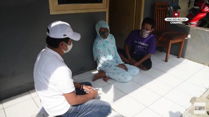 Kang Dedi saat mengunjungi lagi rumah Nur, pengemis pura-pura cacat yang memilih berhenti bekerja di kantor kelurahan.