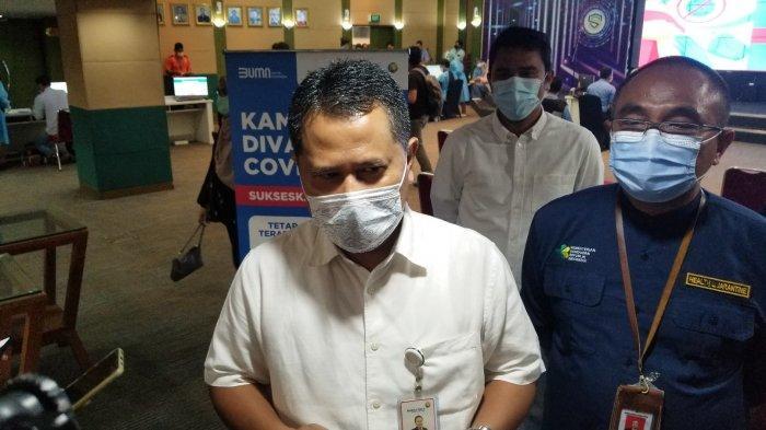 Executive General Manager Bandara Soekarno-Hatta, Agus Haryadi saat ditemui diGedung 600 untuk memantau vaksinasi Covid-19 bagi pegawai PT Angkasa Pura II, Sabtu (6/3/2021).