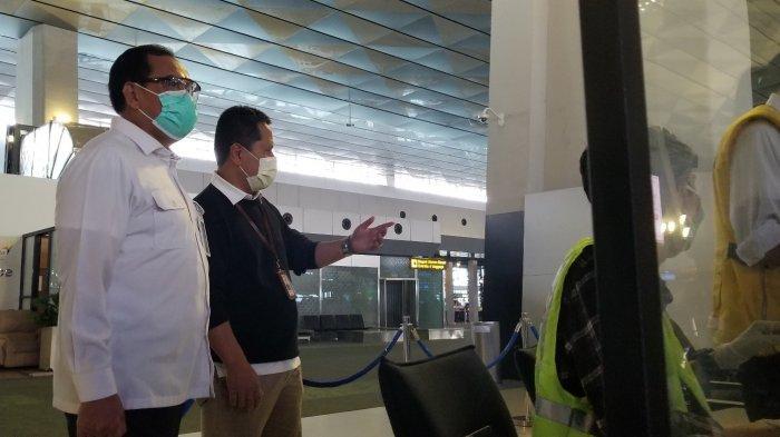 Executive General Manager Bandara Soekarno-Hatta, Agus Haryadi saat memantau pergerakan penumpang di masa libur Natal dan Tahun Baru 2020 di Terminal 3 Bandara Soekarno-Hatta, Selasa (22/12/2020).