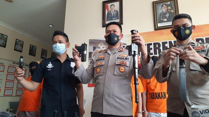 Kapolsek Medan Satria Kompol Agus Rohmat (tengah) saat menunjukkan barang bukti.