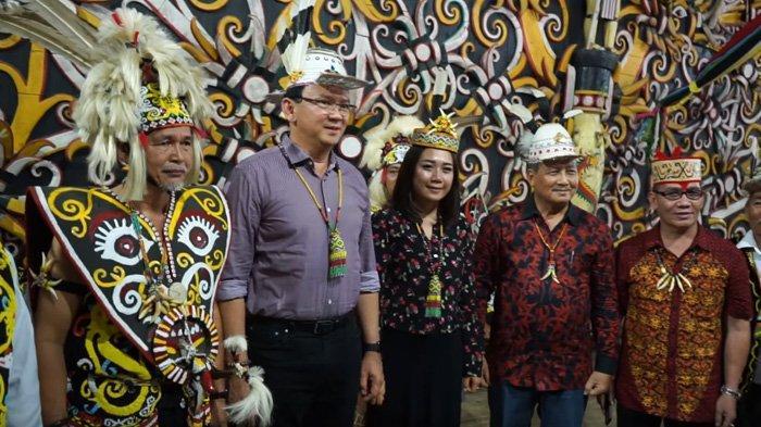 Intip Gaya Kece Puput saat Dampingi Ahok BTP, Memadupadankan Busana Dress dan Syal Batik