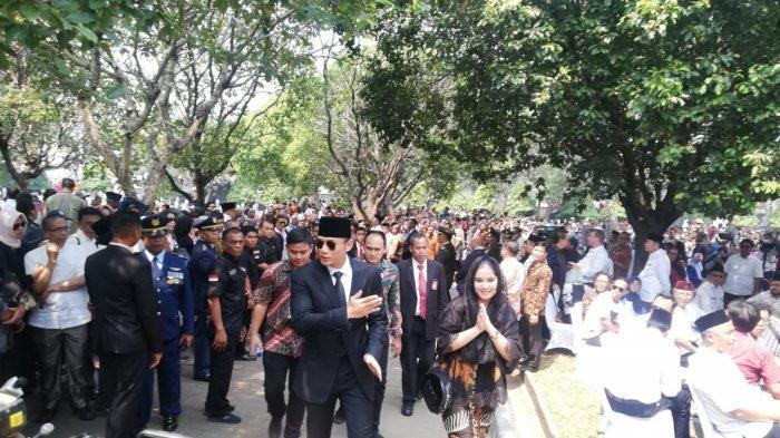 Paspampres Dirayu Ibu-ibu yang Ingin Lihat Pemakaman BJ Habibie: Pak Mohon, Kami Mau Masuk