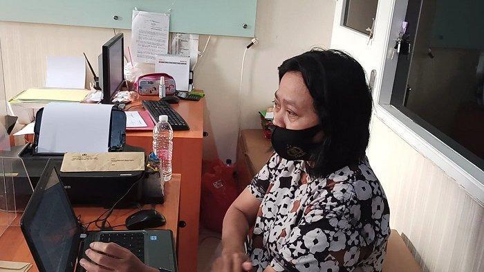 Aiptu Veronica, penyidik polwan dari Unit PPA Polres Metro Jakarta Utara, tak kuasa menahan emosinya saat menginterogasi Djamaludin (52), ayah yang mencabuli putri kandungnya di wilayah Koja, Jakarta Utara, Rabu (10/3/2021).
