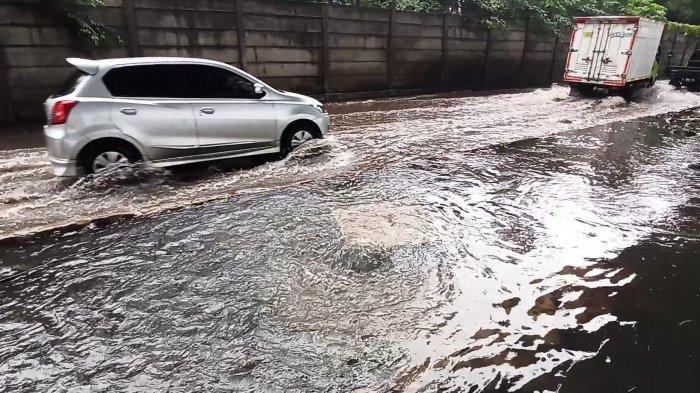 Banjir di Jalan Lodan Raya Ancol Akibat Pembuangan Saluran Air Tak Maksimal