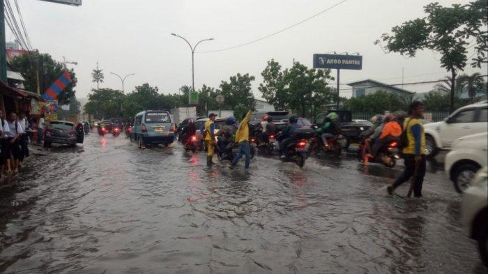 Ada Genangan Air Dekat Pintu Tol Kebon Nanas, Polisi Terapkan Sistem Buka Tutup
