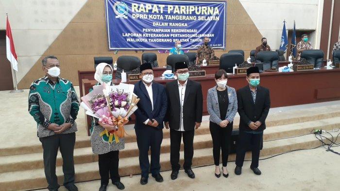 Hadiri Rapat Paripurna Terakhir Jabat Wali Kota Tangsel, Airin Dapat Banyak Bunga dan Lukisan
