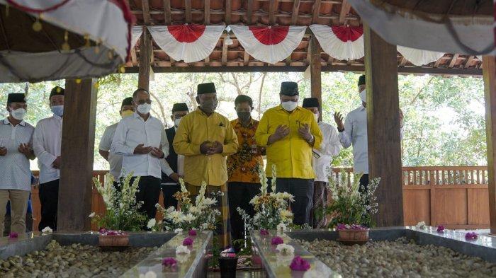 Ziarah ke Makam Mbah Lim, Airlangga Diamanati Jaga NKRI