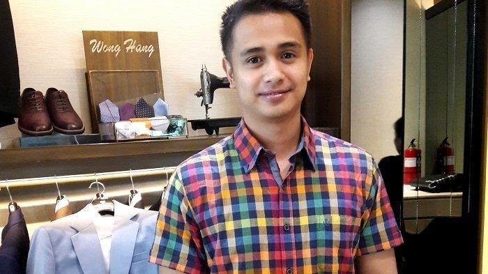 Ajun Perwira saat fitting busana pengantin, Sabtu (21/4/2019).