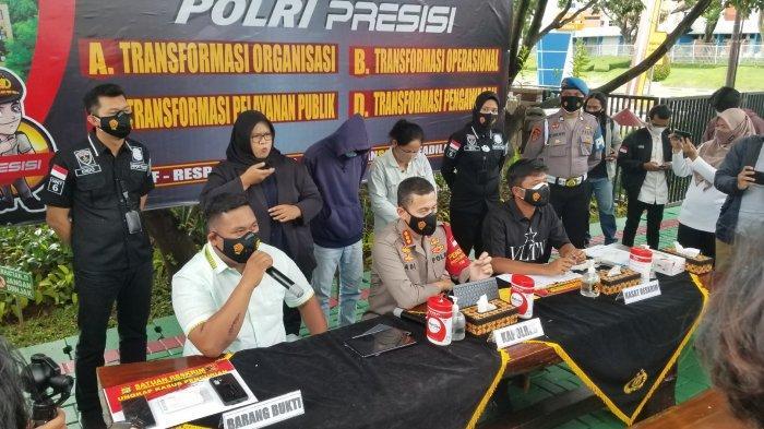 Polresta Bandara Soekarno-Hatta saat melakukan ungkap kasus pencurian handphone mewah milik selebgram bernama akun Ajudan_pribadi alias Akbar di Terminal 3 Bandara Soekarno-Hatta, Rabu (24/2/2021).