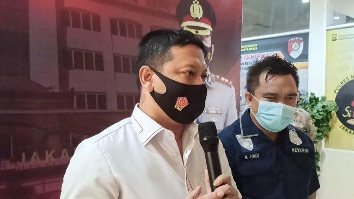 Kasat Reskrim Polres Metro Jakarta Utara AKBP Dwi Prasetyo mengungkapkan kronologi kasus eks kapten Persipura Alvian Sanyi yang menganiaya kekasihnya, Selasa (19/1/2021), di Mapolres Metro Jakarta Utara.