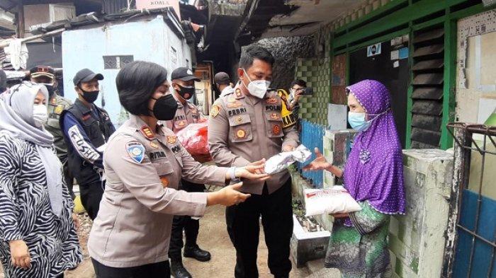 Blusukan ke Daerah Kumuh, Polisi Bagikan Sembako dan Makanan Siap Saji di Kebayoran Baru