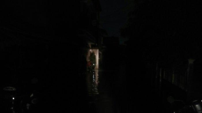 Banjir Jakarta Membuat Padam Listrik di Kawasan Ciracas Jakarta Timur