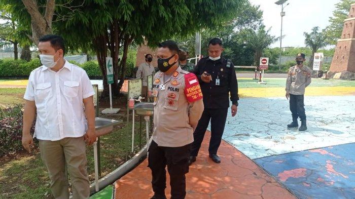 Kapolsek Tarumajaya Polres Metro Bekasi, AKP Edy Suprayitno melakukan pengecekan protokol kesehatan menjelang periode libur Hari Raya Idul Fitri di Transera Waterpark Bekasi